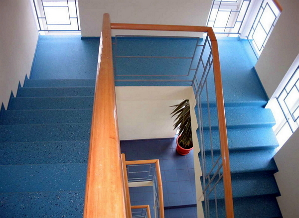 Облицовка лестницы наливным полом
